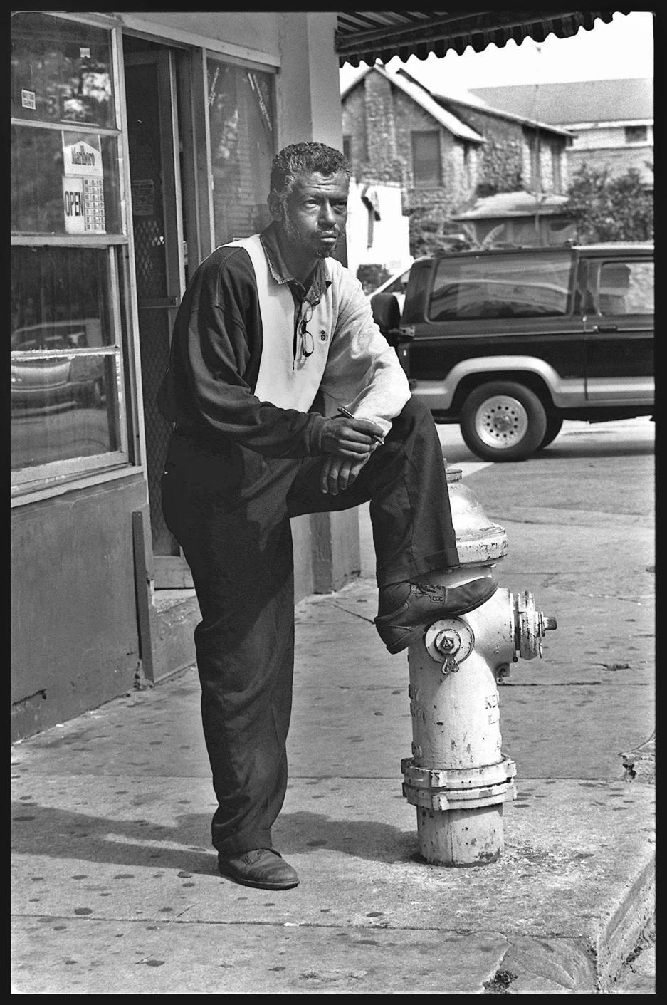 Eddy Campa en la esquina donde él vivió